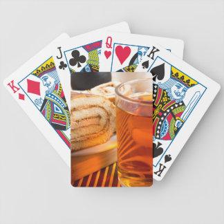 Baralho Para Pôquer Bolo de esponja de Brown e copo do chá quente