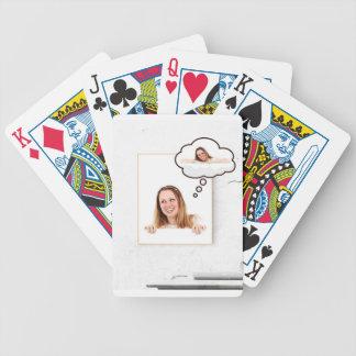 Baralho Para Pôquer Mulher loura que pensa no conselho branco