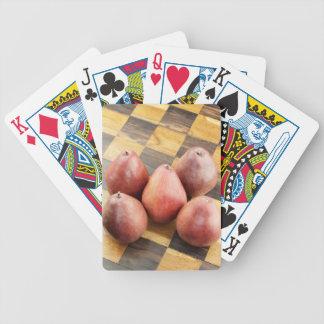 Baralho Peras vermelhas em um conselho de xadrez de