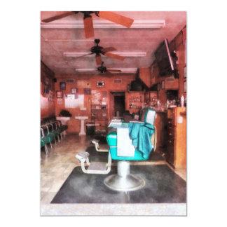 Barbearia com as cadeiras de barbeiro verdes convite personalizado