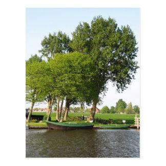 Barco a remos holandês rural da cena no cartão do