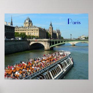 Barco da excursão no Seine River em Paris Pôster