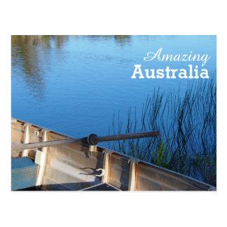 Barco de fileira no cartão do lago