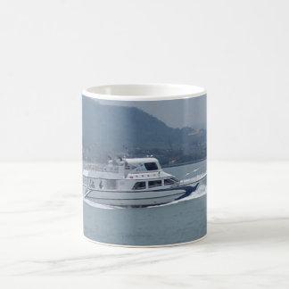 Barco do cruzeiro na caneca de café branco do rio