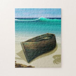 Barco velho pelo quebra-cabeça tropical da praia