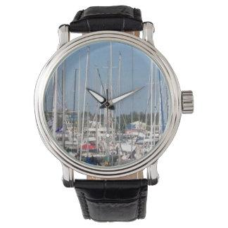 Barcos no relógio da foto do porto por