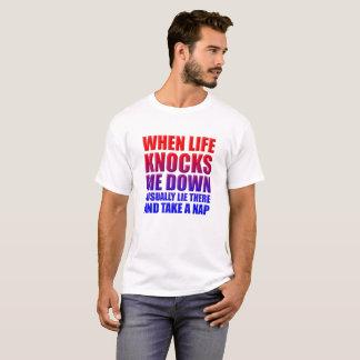 Bata para baixo a camiseta engraçada da sesta