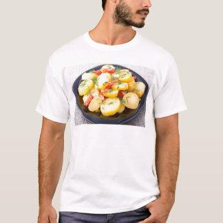 Batatas com cebola, pimenta de sino e erva-doce camiseta