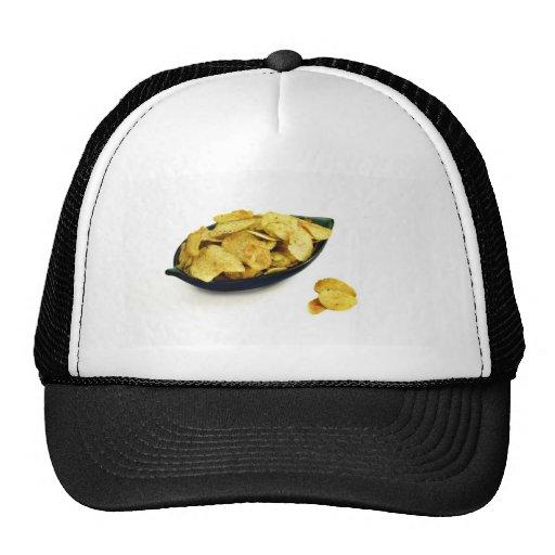 Batatas fritas na bacia no fundo branco bonés