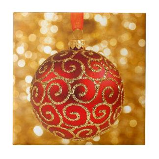 Bauble vermelho do Natal no ouro