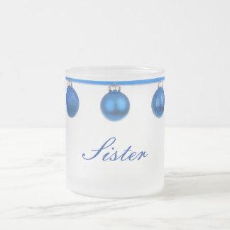 Baubles azuis na caneca do Natal da irmã da fita