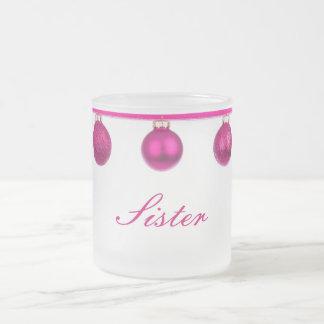 Baubles cor-de-rosa na caneca do Natal da irmã da