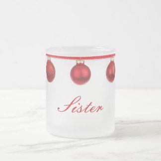 Baubles vermelhos na caneca do Natal da irmã da