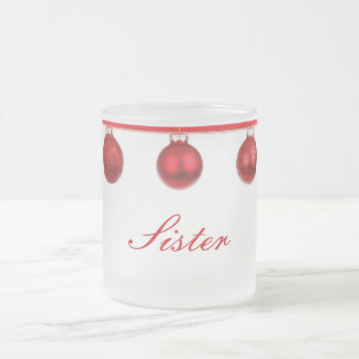 Baubles vermelhos na caneca do Natal da irmã da fi