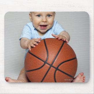Bebé (6-9 meses) que guardara o basquetebol, mousepad