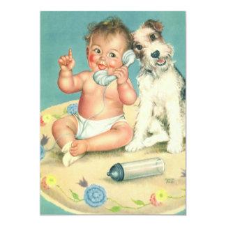 Bebê bonito do vintage que fala no cão de filhote convite personalizado