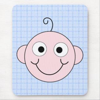 Bebé bonito. Fundo azul da verificação Mouse Pad