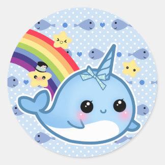 Bebê bonito narwhal com arco-íris e estrelas adesivo redondo