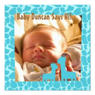 Bebé com impressões e as silhuetas azuis do girafa convite