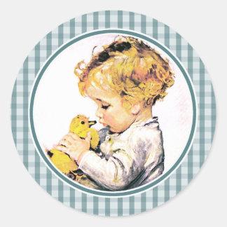 Bebê com pintinho. Etiquetas do presente da páscoa