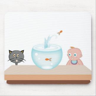 Bebé com seus animais de estimação, o gato e os pe mouse pad