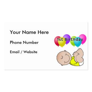 Bebê do feliz aniversario no amarelo cartão de visita