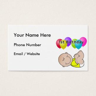 Bebê do feliz aniversario no amarelo cartão de visitas