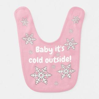 Bebê é babador exterior frio dos flocos de neve