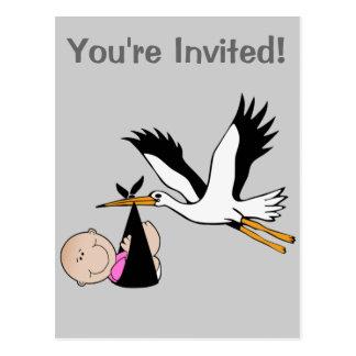 Bebé e cegonha recém-nascidos cartão postal