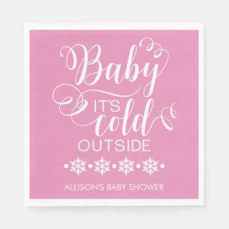 Bebê é guardanapo exterior frio do chá de fraldas