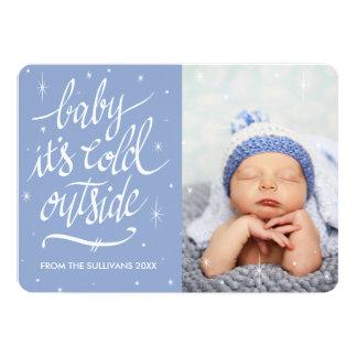 Bebê é parte externa fria no cartão com fotos do