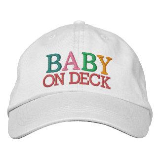 Bebê na plataforma boné bordado
