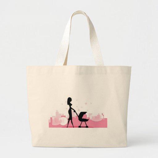 Bebê no carrinho de criança bolsa para compras