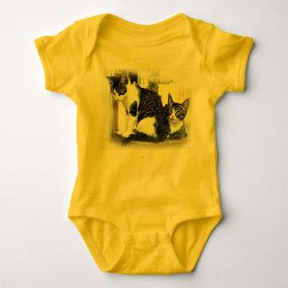 Bebê onesy no amarelo com gatinhos body para bebê