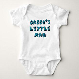 Bebê pequeno do homem do pai body para bebê