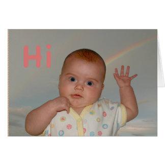 """Bebê que acena com """"olá!"""" em um cartão"""