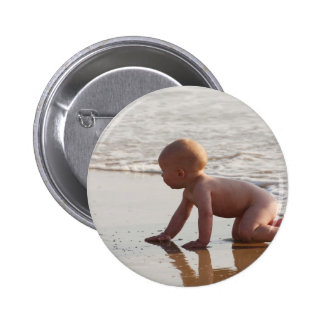 Bebê que joga na areia na praia bóton redondo 5.08cm