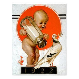 Bebê que trava o pássaro da paz cartao postal
