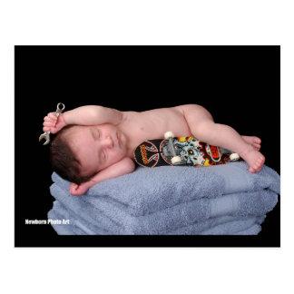 Bebê recém-nascido do skate cartao postal