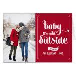 Bebê vermelho é cartão exterior frio do feriado da