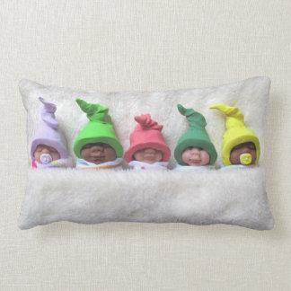 Bebês com chapéus do duende que dormem, cobertura almofada lombar