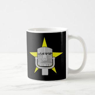 Bebida acima da caneca de café