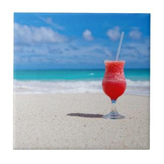 Bebida vermelha da morango no Sandy Beach