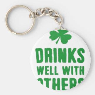 Bebidas bem com outro T do dia de St Patrick Chaveiro