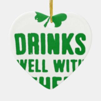 Bebidas bem com outro T do dia de St Patrick Ornamento De Cerâmica Coração