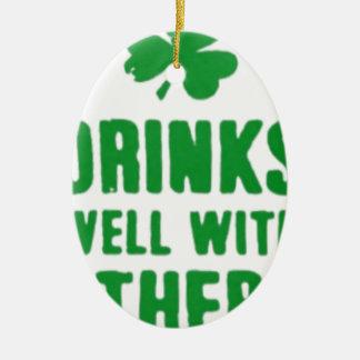 Bebidas bem com outro T do dia de St Patrick Ornamento De Cerâmica Oval