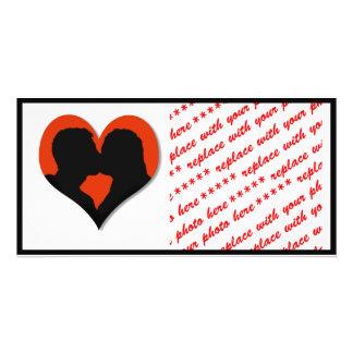 Beijando a silhueta do casal no coração vermelho cartão com foto