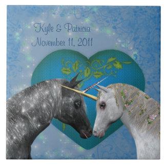 Beijando o azulejo bonito do casamento do coração