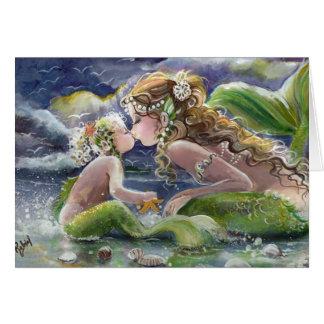Beijando o cartão da sereia e da criança