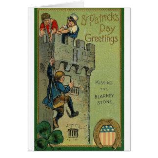 Beijando o cartão do dia do St Patrick da pedra de